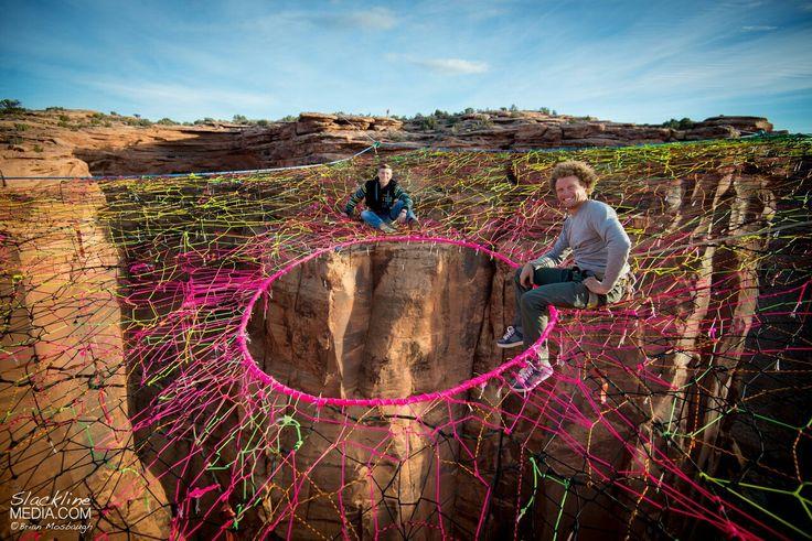 У группы экстремалов из Юты под названием «Моавские мартышки», нет проблем с головокружением или адреналином. Буквально на днях, они установили самодельную паутину на каньоне Моав, Юта, на высоте в 122 метра, чтобы спрыгнуть с нее. Пятиугольная сеть ручной работы, расположена на расстоянии 60 метров от ближайшей скалы и на высоте 122 метра. http://masterok.livejournal.com/2217598.html
