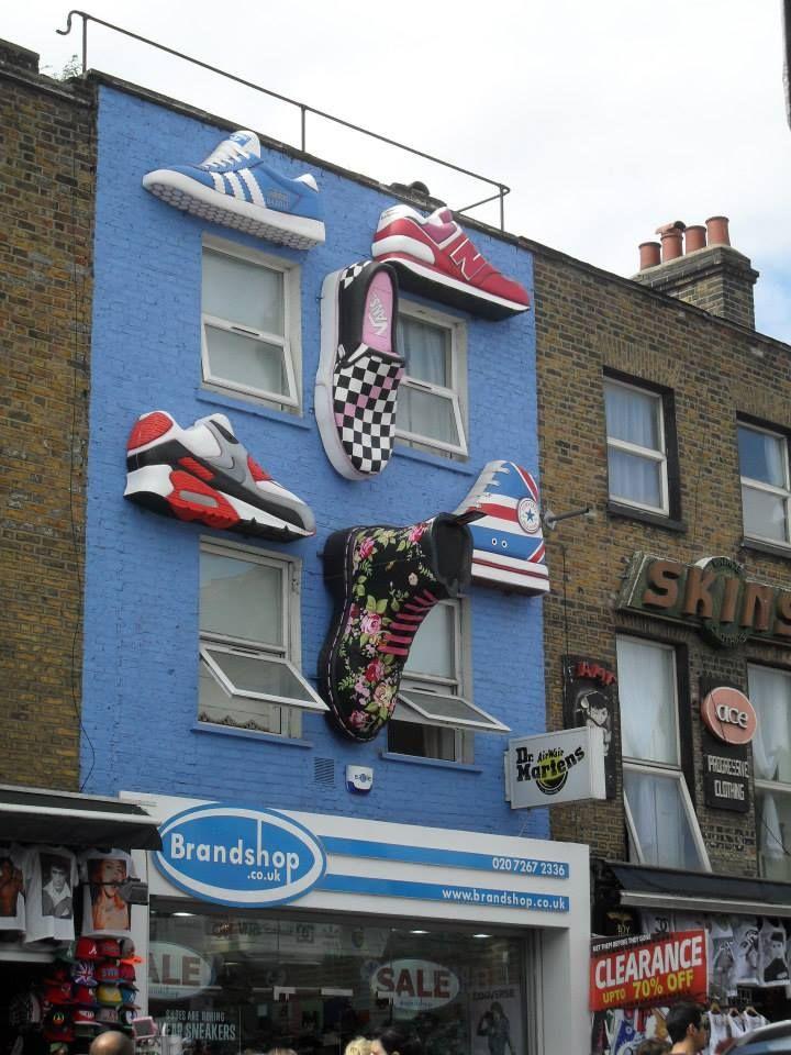 """Impresionante fachada de la tienda de zapatillas """"Brandshop"""" en UK (Camden Town-London)"""