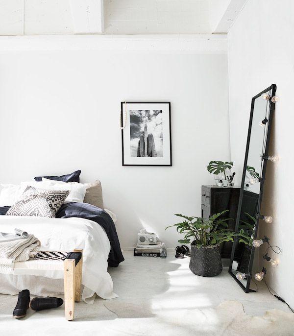 Aujourd'hui je vous propose de visiter cet intérieur ethnique chic, avec des touches scandinaves bien sur. Un joli mélange qui sent bon l'été. Beaucoup de lumière dans cette maison situé en Nouvelle-Zélande, le tout est très harmonieux avec des teintes beige, grises, et naturelles. J'aime la combinaison entre les matières naturelles, les plantes, quelques touches de noir…Avec le soleil qui rentre dans la maison, cela me donne envie de m'évader en ce dimanche tout gris. Photos de Indie Home…