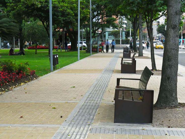 3. El nuevo diseño del Parque de la 93 en Bogotá incluye muchas bancas para que las personas se sienten y disfruten