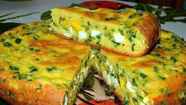 Пирог с яйцами и зеленым луком Для приготовления пирога с яйцами и зеленым луком потребуется: Для теста: 4 яйца; соль; 7 ст. л. муки; сода; 200 г сметаны; 1 ст. л. майонеза. Для начинки: 6 вареных яиц; большой пучок лука; соль. Яйца взбить с солью. Добавить сметану и майонез. Перемешать. Добавить соду и муку. Замесить тесто. Для начинки порезать вареные яйца, зеленый лук. Посолить и перемешать. Я готовила пирог в мультиварке, но его можно испечь и в духовке. Половину теста выливаем в…
