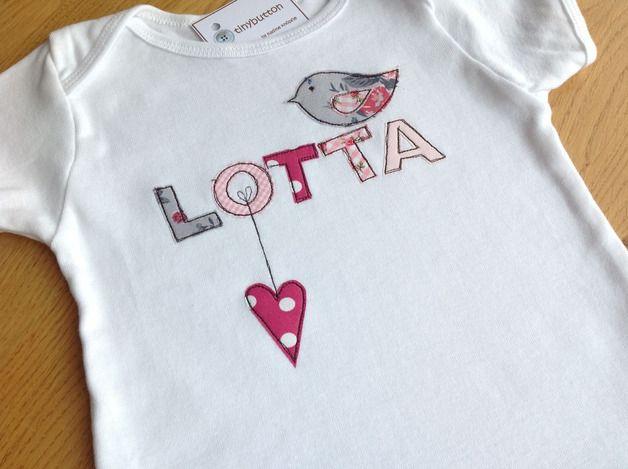 Lang- oder Kurzarmshirt mit Applikation Vogel und Herz.  Schön zum Verschenken zur Geburt, Taufe und Geburtstag oder einfach als Überraschung fürs eigene Mäuschen.  Im Preis sind 4 Buchstaben...
