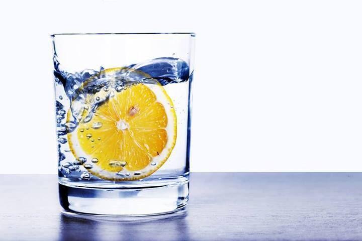 un bicchiere di acqua calda e limone spremuta al mattino