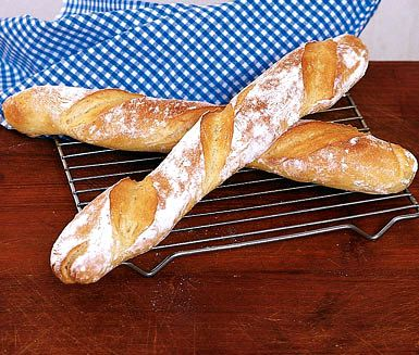 Utmanande men ljuvligt gott och smakrikt recept n�r du vill baka dina egna baguetter. Degen best�r bland annat av specialvetemj�l, j�st och vatten och f�rdegen g�r du dagen innan du bakar ut baguetterna.