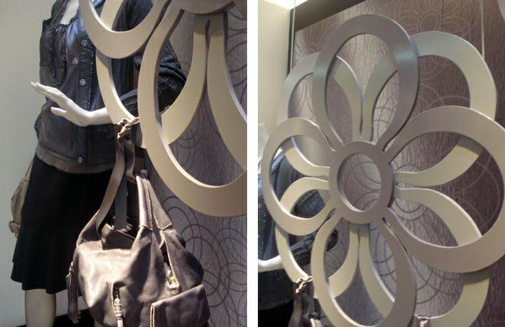 LUXUS [ VITRINAS ]  Realizamos el diseño e instalación de una vitrina en el Centro Comercial Andino en Bogotá para esta tienda multimarca de lujo. En esta ocasión la vitrina se hizo con el vestuario de Adolfo Domínguez y las carteras de la marca Italiana Gabs Firenze.