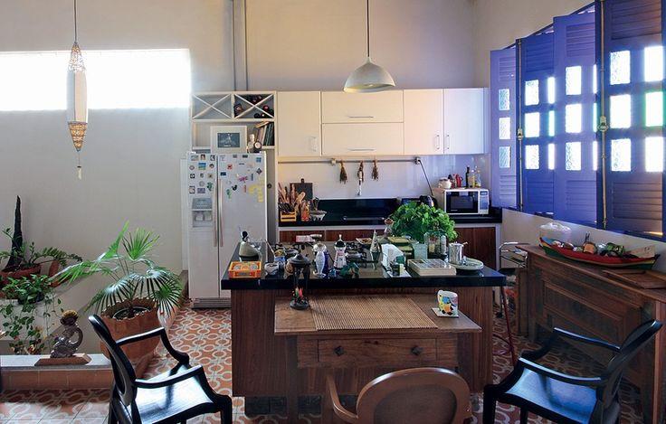 Ladrilhos hidráulicos revestem a cozinha da casa dos anos 1850, reformada pelo engenheiro florestal Milton Kanashiro. O ambiente é amplo e bem iluminado. O estilo rústico fica por conta dos móveis de madeira e das plantas
