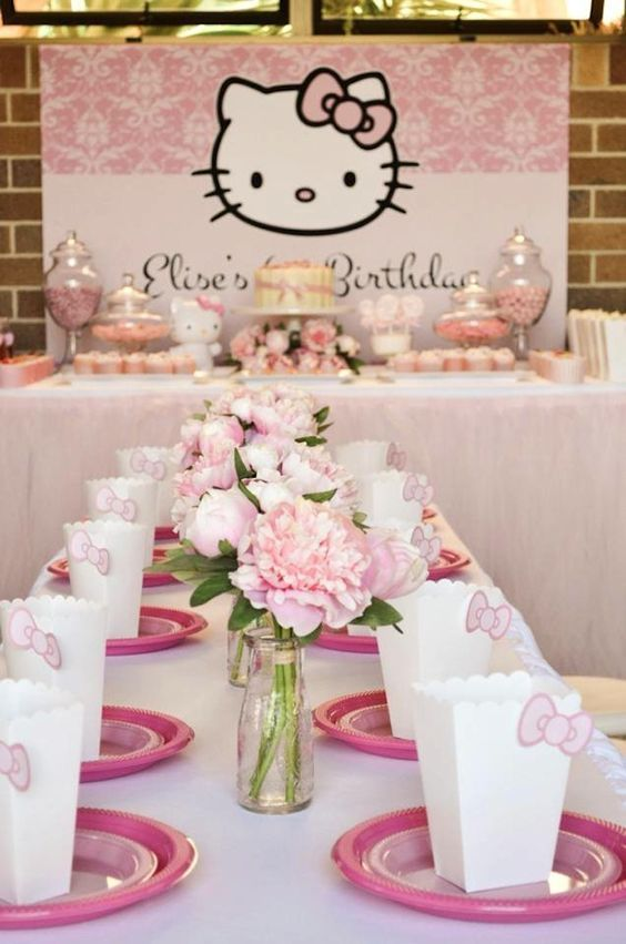 Un cumple con Hello Kitty Descarga un mini-kit imprimible aquí http://mundomab.com/index/tienda/hello-kitty-kit-de-cumpleanos-para-imprimir/ #Imprimible #HelloKitty #Kitty #MundoMab #Invitaciones #CandyBar #DescargaGratis: