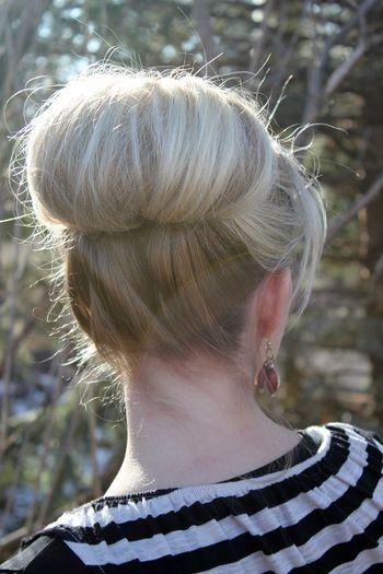 「くるりんぱ」で大きなおだんごのヘアアレンジもできます。 ①やり方は、まず頭の上の方でポニーテールをします。 ②「くるりんぱ」はふつう、毛束を上から下に通しますが、この場合は下から上に通して、くるりんぱします。 ③毛先を内側に巻き込んでピンで留めてできあがり。(※詳しいやり方は下の動画をご覧ください。)
