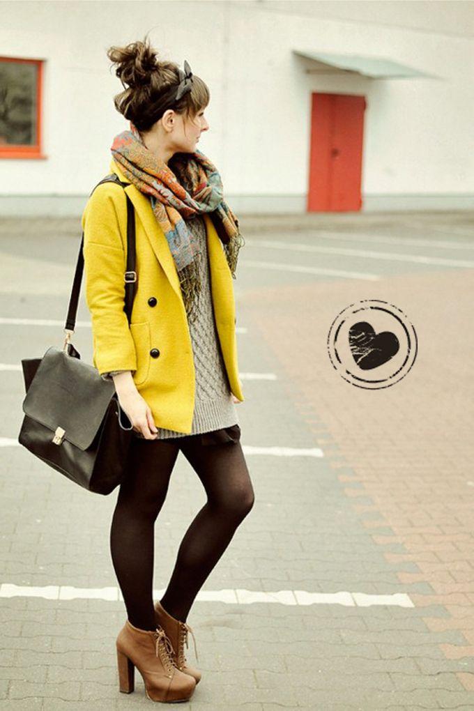Casaco amarelo + lenço estampado !    http://amomuito.com/blog/2012/08/21/a-gente-amou-look-com-arco-de-laco-e-lenco-estampado/