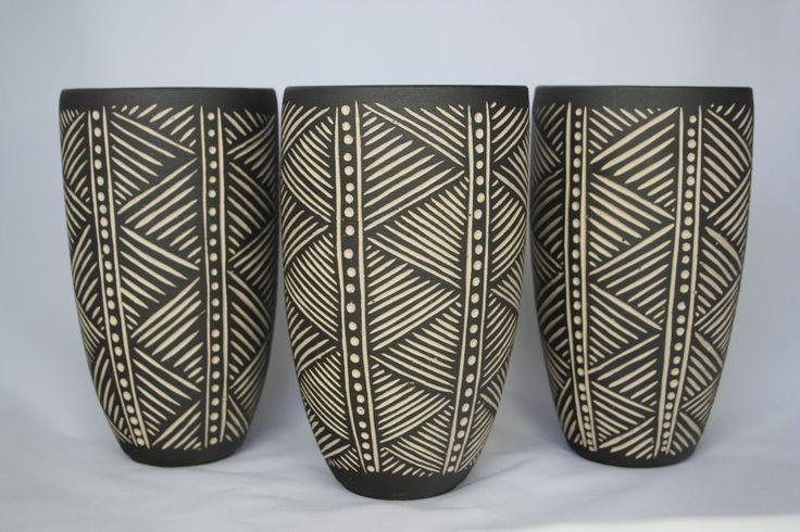 3 x weiße Steinzeugvase mit schwarzer Slip-Sgraffito # Pin ++ für Pintere …