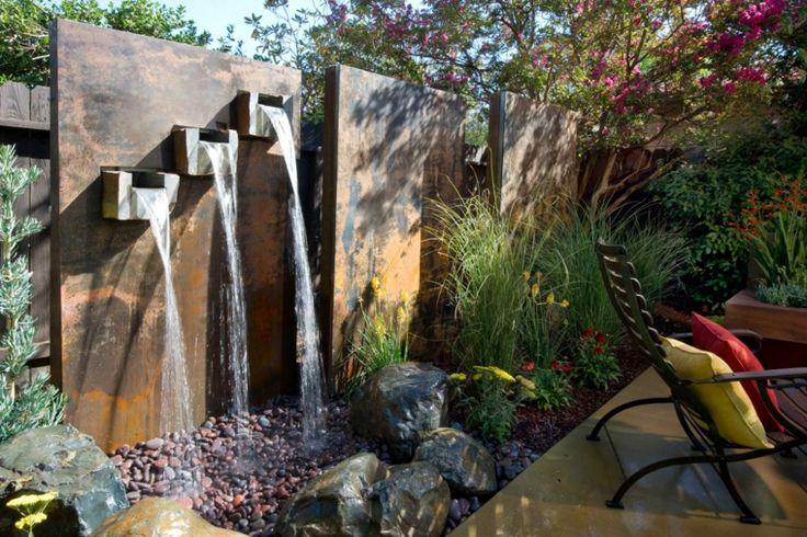 jardín moderno con tres cascadas