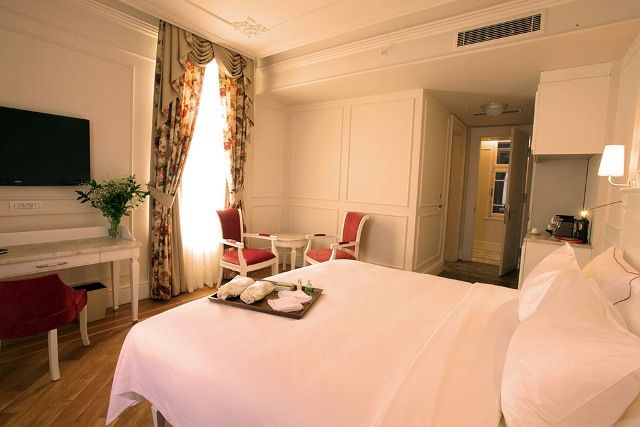 If you want to stretch out at night, a 30-35 sqm Deluxe Room gives you a king-size bed and all the luxurious amenities that go with it. If travelling for pleasure there's certainly enough space for shopping bags. http://goo.gl/qqv9OG