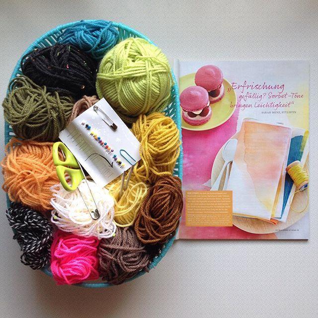 #basket#korb#wool#wolle#yarn#scissors#schere#pin#stecknadeln#safetypin#sicherheitsnadel#sorbet#sorbetcolours#dye#färben#napkins#serviette#sweets#süssigkeiten#knitting#magazine#livingathome#farben#farbenfroh#living#homedesign#interior#decoration#deko#aufgereiht
