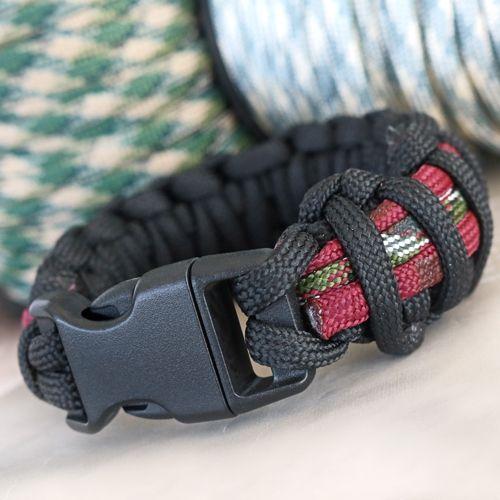 Mach hippen Schmuck und Accessoires für Männer. In diesem Vorbild sehen Sie Armbänder mit Holz Perlen und Skulls aus Hematite. Ist dieser Look nicht super? Oder mach einen Schlüsselanhänger mit Foto Cabochon. Super schön um mit Ihren Kindern zu basteln! Auch unsere Luxus Leder Armbänder von Cuoio und Divino sind absolut hipp für einen coolen Männerarm! Alle Artikel finden Sie unten auf dieser Seite!