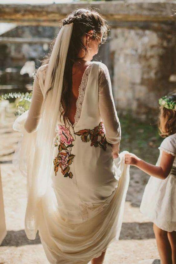 8eda4ef222 10 vestidos de novia bordados para las novias modernas