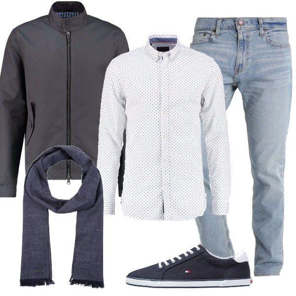 Look adatto a tutti i giorni, composto da jeans, camicia bianca a pois blu, giacca leggera grigia. Completano l'outfit una sciarpa blu e un paio di sneakers blu.