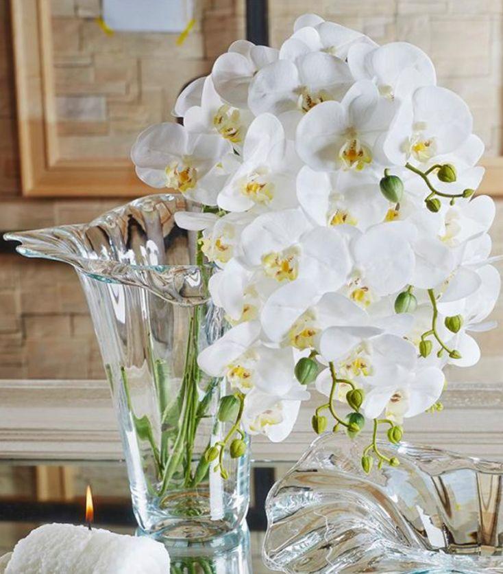 Vasi in cristallo per decorare la tua casa. Una decorazione fiorita porta sempre buonumore #fiorito #vaso #complementiarredo #arredare #arredocasa #vasi #centrotavola