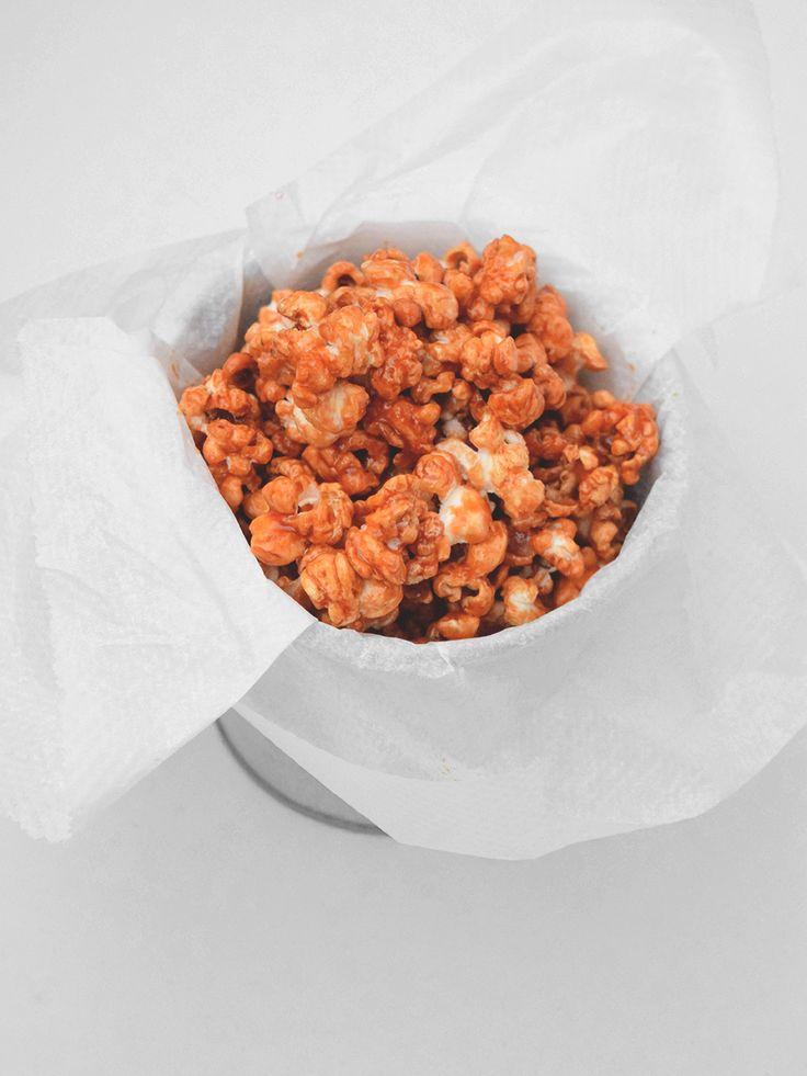 Palomitas ideales (de caramelo) Ingredientes * 75 g azúcar blanco * 100 ml de nata espesa * 1 cucharada sopera de miel * 25g de mantequilla * 1 cucharadita de sal * 1 paquete de palomitas de microondas Preparación de la CREMA DE CARAMELO SALADO 1. En una sartén a fuego medio coloca unas cucharadas del azúcar para hacer el caramelo. Cuando los bordes empiecen a fundirse añade el resto de azúcar. Sigue hasta que el caramelo tome un color dorado y ten mucho cuidado de que no se queme. 2. En un…