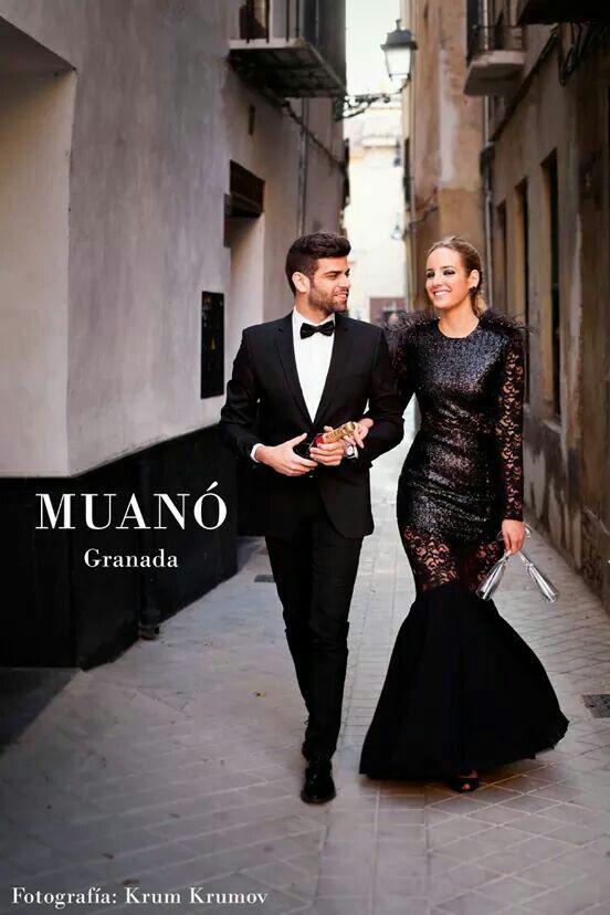 Elegante vestido de noche en gasa, encaje y pailletes con pedrería y plumas. Muanó Granada. Fotografía krum krumov.
