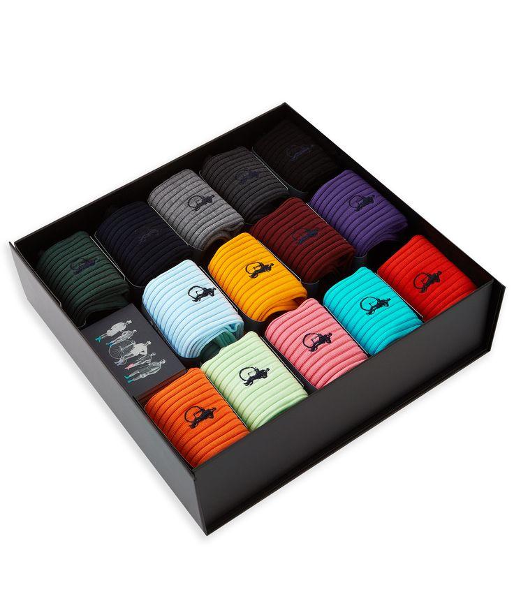"""Przedstawiamy kolekcję """"Simply Satorial"""", ekskluzywnych skarpetek marki London Sock Co., inspirowanych klasycznym stylem krawiectwa wprost z Savile Row. Ta kolekcja oferująca bogactwo żywych kolorów, skierowana jest do nowoczesnego gentlemena chcącego wyrazić swoją osobowość i indywidualny styl. Przeznaczone wyłącznie dla mężczyzn wymagających luksusu, bez kompromisu w zakresie komfortu i trwałości. Skarpety są tworzone z wykorzystaniem tylko najwyższej jakości szkockiej luksusowej bawełny."""