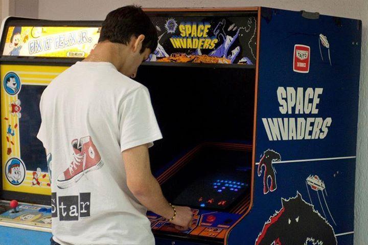 Oggi vi presentiamo il coin-op di Space Invaders, arcade realizzato da Tomohiro Nishikado, che ha affascinato e continua ad affascinare milioni di giocatori in tutto il mondo. Perché? Ispirati ai molluschi marini, gli alienini di Space Invaders rappresentano i primi personaggi nella Storia del Videogioco: tanto fu il loro successo, da divenire icone eterne, ancora oggi presenti in magliette, oggetti, opere di Street Art e merchandise di ogni tipo.  Al VIGAMUS potete giocare sul cabinato…