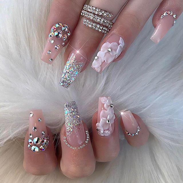Preciosas uñas para una novia estilo scuoval en tonos nude y con pedrería y 3D blanca. ! DIVINAS ¡