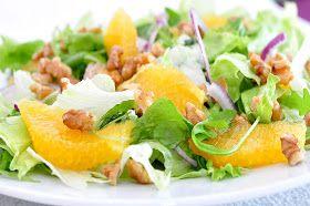 Składniki:     1 pomarańcza  3-4 liście sałaty lodowej  2 garście rukoli  1 mała czerwona cebula  garść orzechów włoskich     Dressing    ...