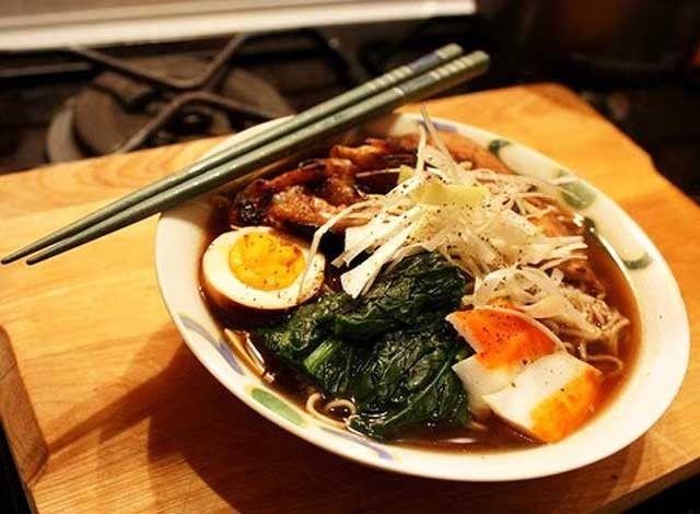 I Ramen sono in una ricetta di origine cinese che è stata presa in prestito dai giapponesi e che si è col tempo trasformata in uno dei piatti tradizionali della ''perfetta casalinga nipponica''. Viene declinata in moltissime preparazioni, di cui ogni donna di casa custodisce gelosamente i segreti. Tonkotsu significa brodo di ossa di maiale.