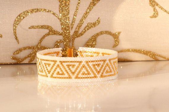 Bracelet manchette perles blanches et métallique plaquées or rocaille miyuki 11/0 tissage peyote