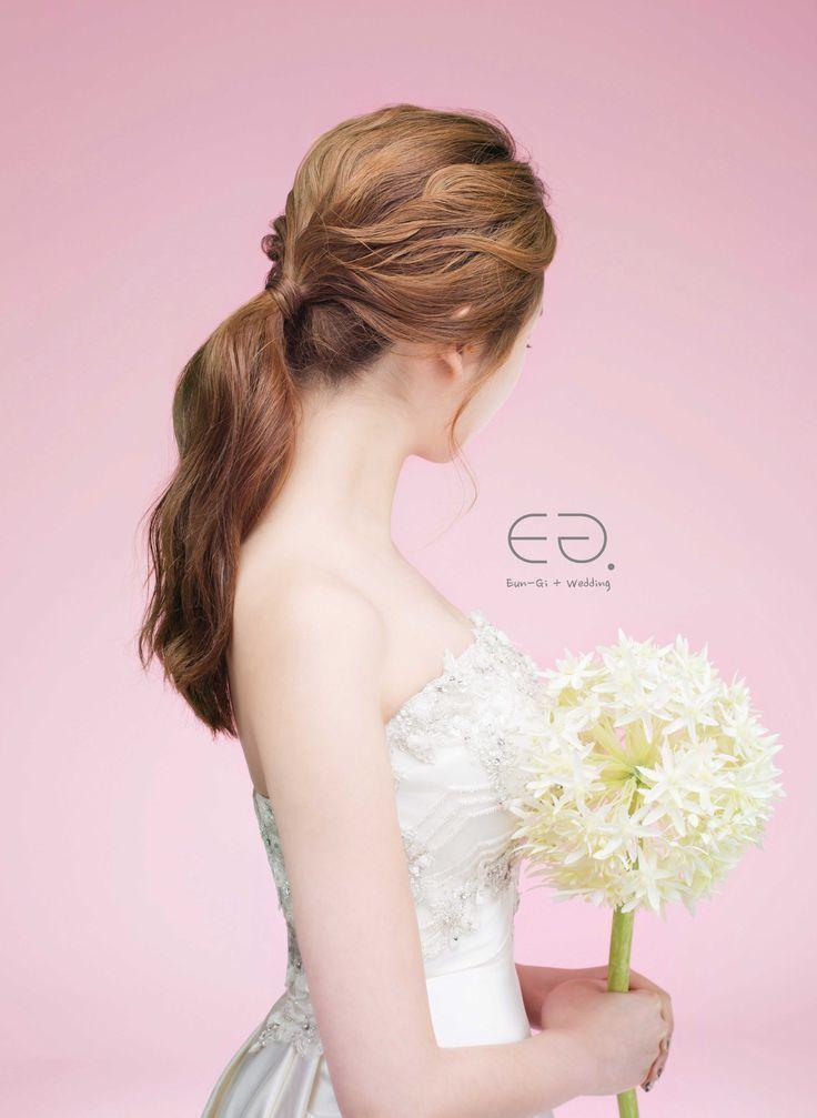 ローポニーテールで上品に。前撮りのときからしっかり決めておきたい髪型。花嫁のポニーテールスタイルの参考を集めました♡