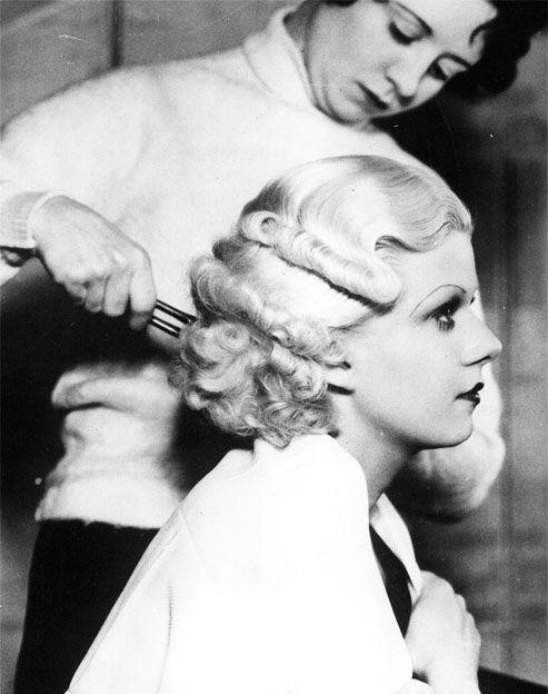 I capelli potevano essere in due modi: alla Marcel oppure raccolti in un semplice chignon. Marcel: morbide onde ai lati del volto.
