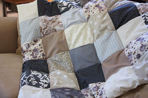 Idée. Plaid patchwork, 2 épaisseurs de molleton, puis coudre à la main chaque angle de carré pour former un plaid molletonné.