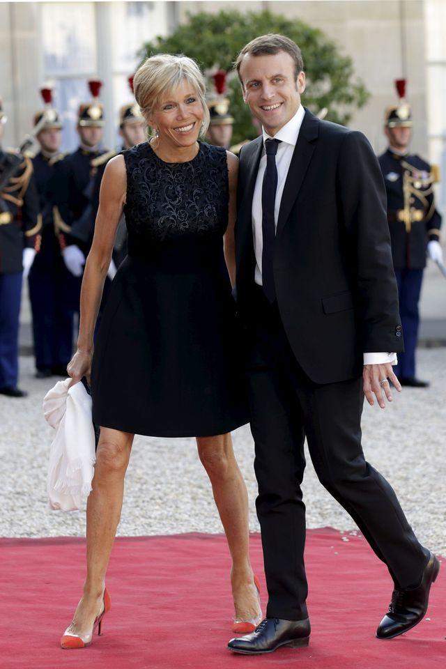 Elle était son professeur au lycée La Providence à Amiens, il était son élève en classe de première. Amoureux depuis cette époque, Brigitte Trogneux, 56 ans et Emmanuel Macron, actuel ministre de l'Economie âgé de 37 ans, se sont mariés en 2007 au Touquet où ils possèdent une villa.