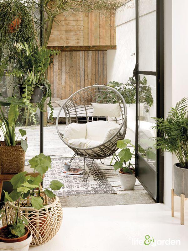 Een frisse uitstraling bereik je met veel lichte kleuren en groene kamerplanten.