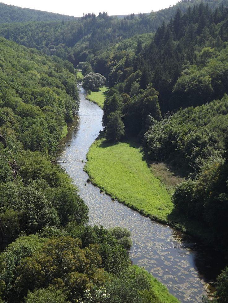 Pod tou skálou, kde proud řeky syčí a kde ční červený kamení. Žije ten, co mi jen srdce ničí koho já ráda mám k zbláznění.(Řeka Jihlava, délka toku 184,5 km)