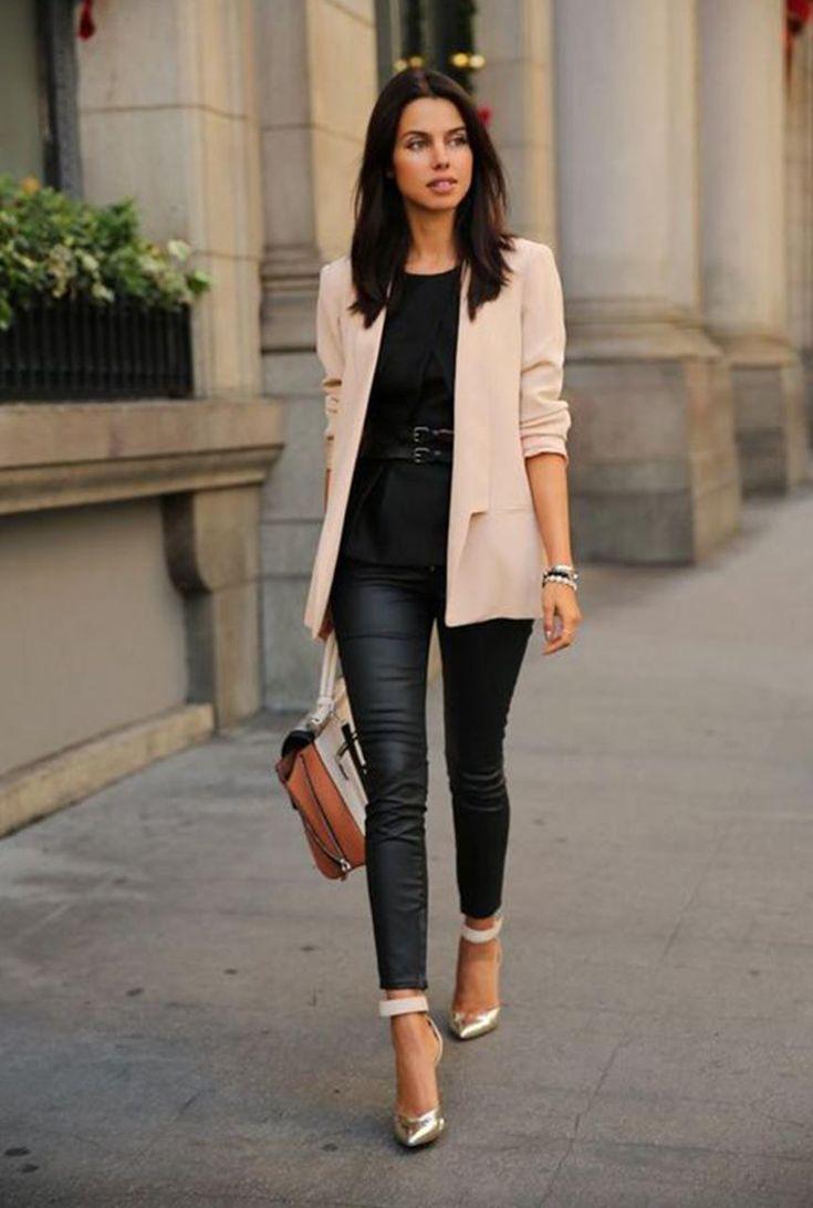 Conjunto americana rosa, camiseta negra, pantalones de cuero negros, tacones dorados y bolso multicolor