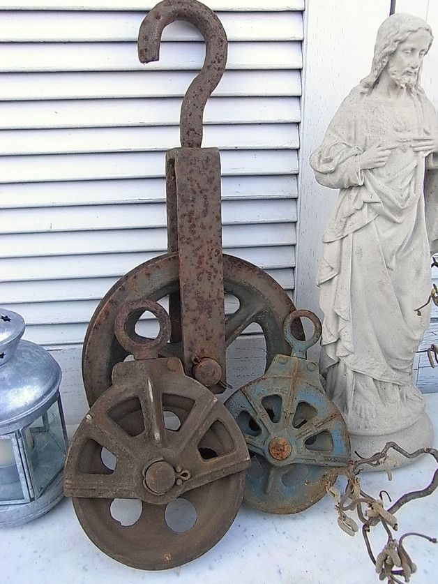 *1 große alte Metallrolle*  In der Landwirtschaft und im übrigen Gewerbe wurden füher schwere Lasten mittels solcher Rollen ins nächste Stockwerk verfrachtet. An alten Bauernhäusern hingen Sie am...