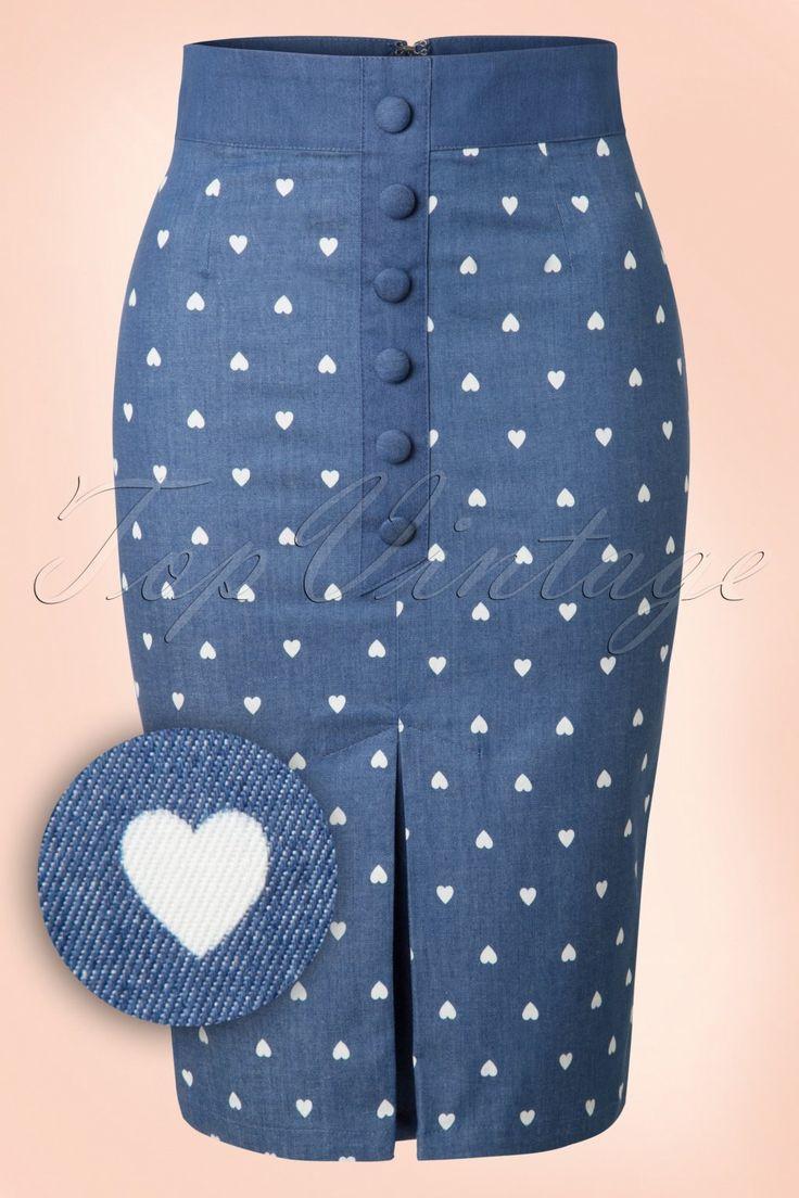 Ons hartje gaat sneller kloppen van deze 50s Judy Hearts Pencil Skirt! Deze cutie heeft een speelse reeks ''faux'' knopen, een eyecatching kickpleat aan de voorzijde en een lieflijke witte hartjes print... liefde op het eerste gezicht! Uitgevoerd in denimblauwe katoenmix (stretcht niet!) die je rondingen prachtig benadrukt. ''Judy, our hearts aren't complete without you!''  Reeks ''faux'' knopen Kickpleat voorzijde ''Faux&...