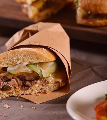 Σάντουιτς με χοιρινό, έμενταλ, πίκλες και μουστάρδα | Γιάννης Λουκάκος