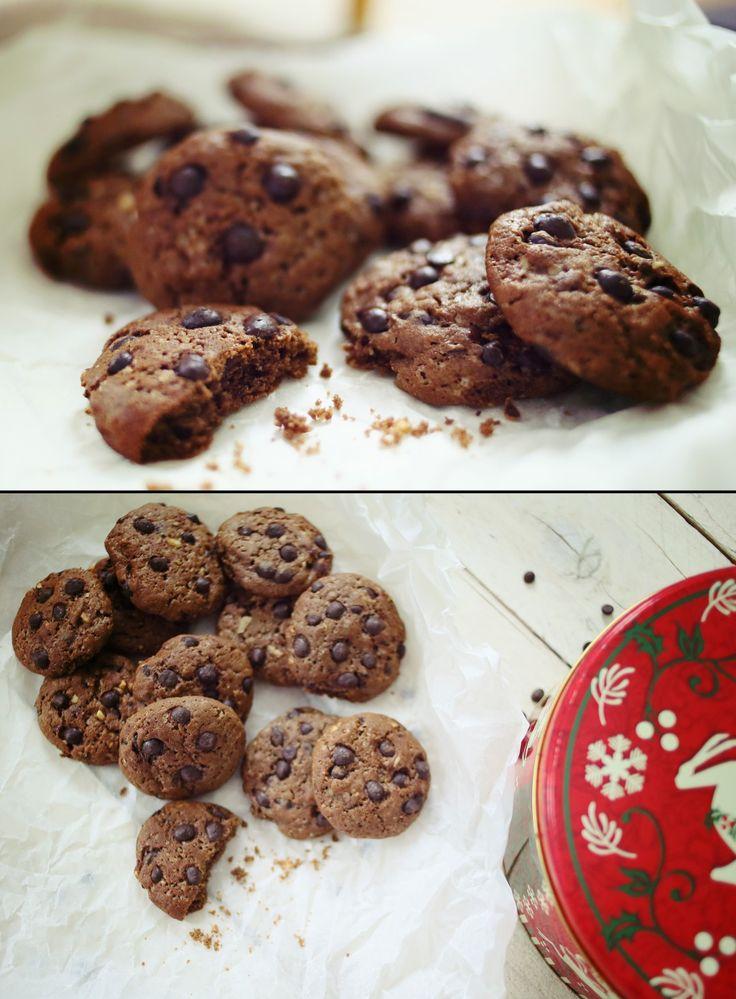 Én kifejezetten kekszes vagyok. Szeretek kávéhoz, teához, vagy csak úgy, TV előtt (és nagyjából bármikor) kekszet ropogtatni. De bolti kekszet szinte sose. Viszont a kekszes fémdobozaim gyakran telnek meg házi sütésű keksszel (fogtok is még találkozni jó pár keksz recepttel…