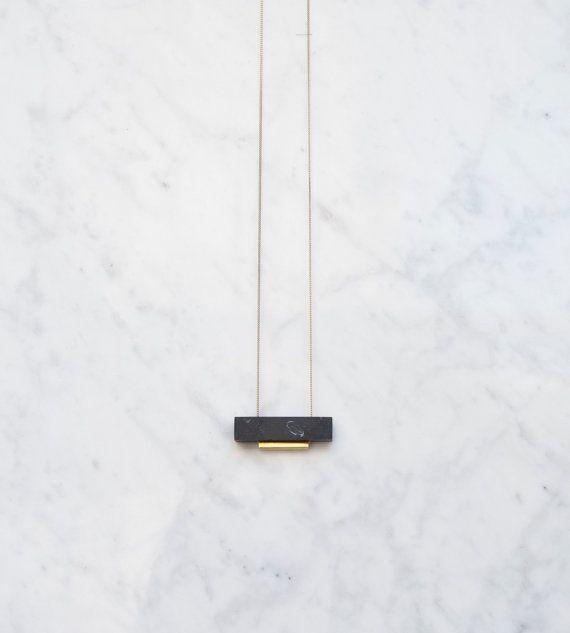 De rechthoekige ketting is samengesteld uit een ruwe zwarte marmeren rechthoek en ruwe messing vierkante buis van honrizontal. Elk stuk is individueel hand-cut, geschuurd en ten slotte gepolijst met een matte afwerking.  Deze elegante marmer is Marquina marmer uit Spanje.  De dunne rauwe koperen keten is lood, cadmium en nikkel vrij.  Grootte van diamant: 5 cm x 1 cm x 1 cm. Lengte ketting: 55cm of 78 cm.  Aarzel niet om me te vertellen als u eerder een aangepaste lengte, gewoon opschrijven…
