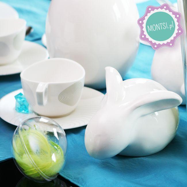 Zajączek i jajko z piórkami na wielkanocnym stole www.montsi.pl Easter egg and bunny