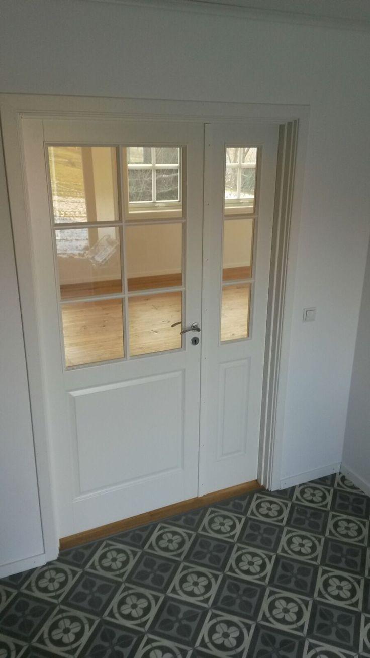 Weiße Innentüren, stilecht mit Schwellen aus Eiche, unterstreichen gekonnt den skandinavischen Landhausflair. Baubüro Süd der Akost GmbH: www.bau-dein-schwedenhaus.de