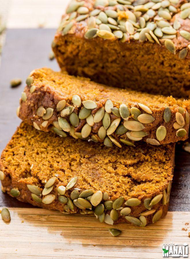 Super feuchtes Kürbis-Brot verpackt mit allen Fall-Aromen!  Finden Sie das Rezept auf www.cookwithmanali.com
