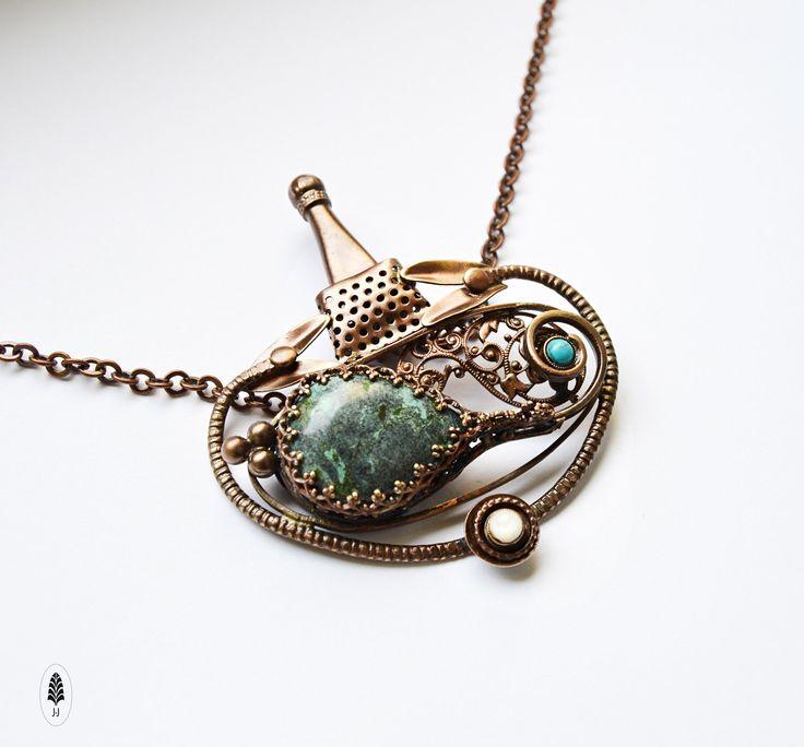 Atlantis Atlantida, tajemná říše... Závěs s tyrkysem, motivem rostlinné fantazie, stylizovaným majákem jako symbolem naděje. Originální závěs J.J. Velikosti 6,5 x 6,5cm. Řetízek 44cmdlouhý dosahuje na hruď. Pokud potřebujete, na požádání Vám ho ráda prodloužím. oTombak je lepší mosaz. oMoje doporučení, aby Vám šperky.... Vyrobená z tombakukombinací ...