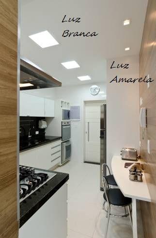 Virou moda a cozinha parecer mais um corredor que uma cozinha de verdade, não é mesmo? Então, como tirar o máximo desta situação?