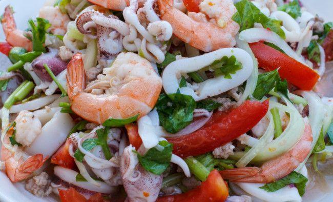 Ensalada templada de calamares y langostinos. Receta  http://paraadelgazar.ws/ensalada-templada-de-calamares-y-langostinos/ Salud y Bienestar
