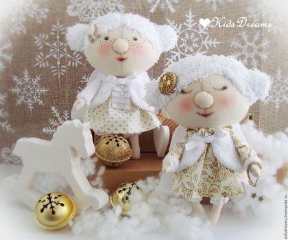 Купить или заказать Ангелочки Рождества в интернет-магазине на Ярмарке Мастеров. Милые рождественские ангелочки подарят тепло и уют в Вашем доме, принесут счастье, помогут в исполнении самых заветных желаний. Ангелочки выполнены в бело-золотой гамме, в ручках у одной -звёздочка, у другой- сердечко.У ангелочков имеется подвес.Ими можно украсить ёлку или интерьер детской и спальни. ЦЕНА УКАЗАНА ЗА ОДНОГО АНГЕЛОЧКА. Уважаемые покупатели!