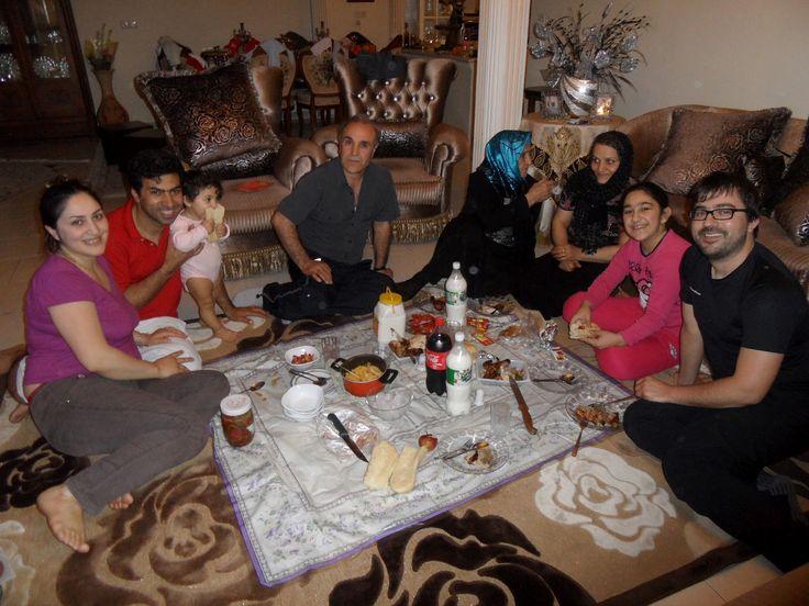 Foi graças ao Hamid, um rapaz de Teerão, que nós conseguimos o visto para entrar no Irão, pois a meio da noite respondeu ao telefone às perguntas do serviço de fronteiras. Foi ele que nos recebeu em sua casa às seis da manhã e nos indicou o quarto onde poderíamos descansar um pouco, e foi …