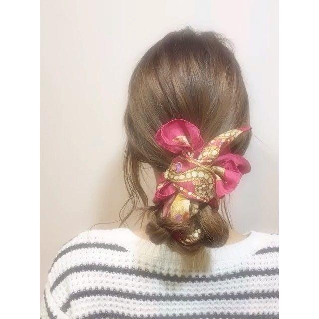スカーフアレンジ☝︎**1.髪をひとつに結ぶ。2.スカーフを真ん中おりに��...